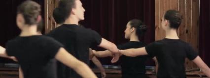Studniówkowy tutorial: Jak zatańczyć poloneza? Skąd wzięła się tradycja tańczenia poloneza na studniówkach?